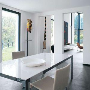 Stół zaprojektowany przez Monikę Armani dla marki B&B Italia. Fot. B&B Italia