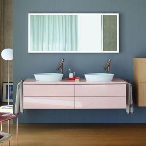 W nowoczesnej łazience często łączy się różnorodne materiały, np. białe fronty z frontami wykończonymi dekorami drewnopodobnymi. Fot. Duravit
