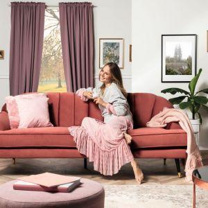 "Sofa ""Lisera"" firmy Black Red White w modnej koralowej tapicerce. Fot. Black Red White"