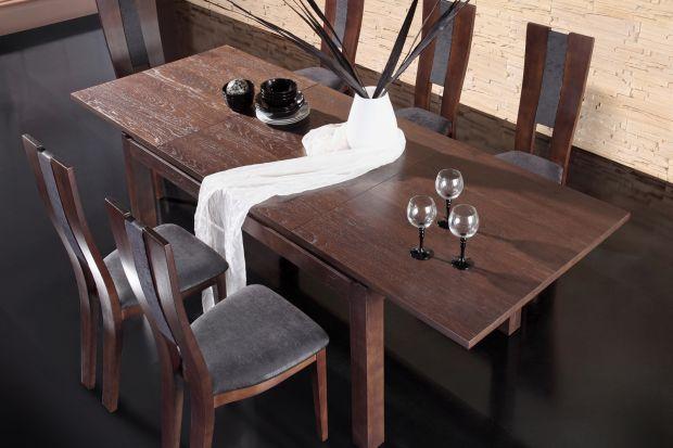 Stół, przy którym wygodnie usiądzie kilka lub nawet kilkanaście osób, to bardzo funkcjonalne rozwiązanie w mieszkaniu. Może bowiem pełnić wiele różnych funkcji - od miejsca na wspólne, codzienne posiłki, poprzez rodzinne przyjęcia i spotkan