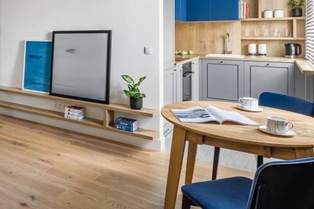 Okrągły stół sprawia, że wnętrze wydaje się bardziej przestronne, a jednocześnie przytulne. Brak kanciastych krawędzi dodaje subtelności całej aranżacji. Jest to idealne rozwiązanie do niewielkiego mieszkania.