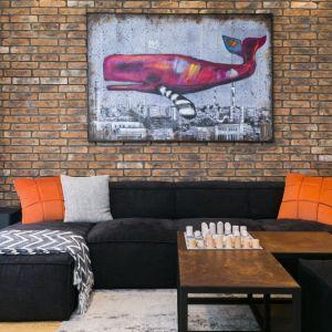 Dominantą kompozycyjną jest ceglana ściana, która przebiega wzdłuż całego mieszkania i stanowi doskonałe tło dla niecodziennych dekoracji. Projekt: 3DProjekt architektura.