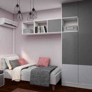 Przy jednej ze ścian urządzono strefę nocną z łóżkiem oraz szafą i zintegrowanymi z nią szafkami. Projekt: Małgorzata Górska-Niwińska (Pracownia Architektoniczna MGN).