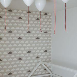 Baloniki-lampy sprawiają wrażenie, jakby fruwały pod sufitem. To urocza ozdoba pokoju malucha. Projekt: Małgorzata Górska-Niwińska (Pracownia Architektoniczna MGN).