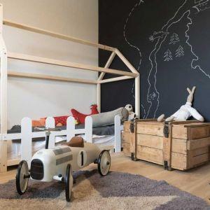 Skrzynia pomieści wszystkie zabawki i gry. Bywa też rekwizytem w inspirującej zabawie w poszukiwanie skarbu piratów. Projekt: Małgorzata Górska-Niwińska (Pracownia Architektoniczna MGN).