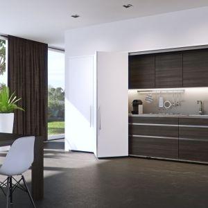 """System """"Hawa"""" umożliwia ukrycie przestrzeni kuchennej za drzwiami schowanymi do wnęki zbudowanej między korpusami,  co nie zaburza estetyki wnętrza po otwarciu frontu. Fot. Peka"""
