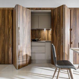 Dzięki dzrwiom składanym kuchnia stanie się bardziej prywatną przestrzenią. Fot. Peka