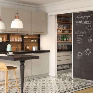 Drzwi przesuwne mogą zostać wykorzystane m.in. do wydzielenia kuchennej spiżarni. Fot. GTV