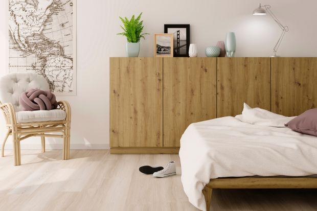 Sypialnia to miejsce relaksu i wyciszenia, dlatego powinniśmy czuć się w niej komfortowo, bez tego szansa na wypoczynek przepadnie bezpowrotnie. Najnowsze trendy stawiają na ciepłe aranżacje i subtelne wzory, obowiązkowe są spokojne kolory i drewn