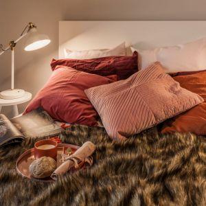 Kolor Living Coral w sypialni. Projekt: pracownia Kodo.