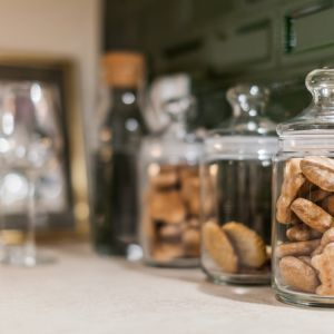 Pierniczki lub kruche ciasteczka umieszczone w specjalnych szklanych słojach zbudują świąteczny nastrój, zachęcając przy tym gości i domowników do poczęstunku. Fot. Pracownia Kodo