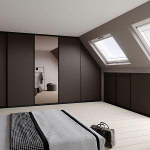 Poddasze to idealne miejsce na urządzenie sypialni. Największym wyzwaniem są nieustawne przestrzenie pod skosami, które wymagają zamawiania rozwiązań na wymiar. Fot. Raumplus