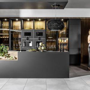 """W kuchni """"Eleganza"""" (Halupczok Kuchnie i Wnętrza) znajduje się miejsce do przechowywania ulubionych trunków. Fot. Halupczok Kuchnie i Wnętrza"""