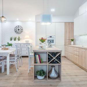 Estetyczne i funkcjonalne półki na wino w kuchni doceni każdy winoman. Fot. Studio Camidecor/Max Kuchnie