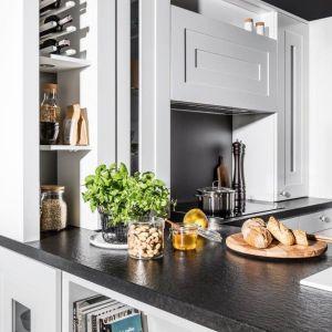 """Półka na wino w kuchni """"Calabria"""" firmy Halupczok Kuchnie i Wnętrza. Fot. Halupczok Kuchnie i Wnętrza"""