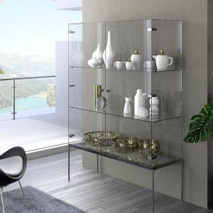 """Zawias """"Sensys"""" w estetyczny sposób łączy szklane fronty z korpusem mebla, który może być wykonany podobnie jak fronty ze szkła lub bardziej tradycyjnie z drewna. Fot. Hettich"""