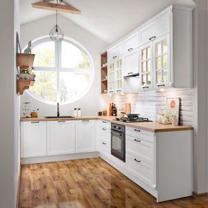 Kuchnia z lakierowanymi frontami i przeszkleniami. Fot. KAM Kuchnie