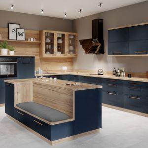 Przejrzyste witryny szklane nadają zabudowie kuchennej bardziej dekoracyjnego charakteru. Za szklanym frontem można wyeksponować ozdobne naczynia czy pamiątkowy serwis rodzinny. Fot. Kam