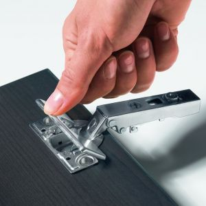 """""""Intermat"""" może być stosowany do frontów o grubości 15-43 mm, a kąt otwarcia zawiasu wynosi 95-165 stopni. Fot. Hettich"""