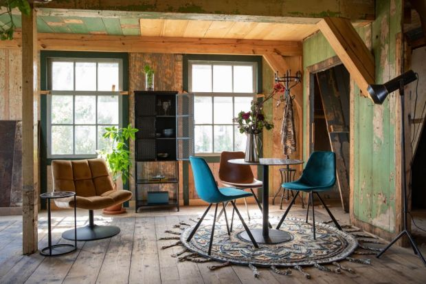 Połączenie surowego i chłodnego stylu loftowego z radosnym i energetycznym boho może dać w efekcie ciekawe wnętrza o artystycznym klimacie, w którym poszczególne elementy tylko pozornie do siebie nie pasują.