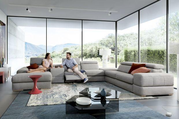 Większość z nas lubi przytulne wnętrza, zachęcające do wypoczynku. Dlatego sofy w jasnych kolorach o ciepłym odcieniu cieszą się dużą popularnością. Prezentujemy 15 propozycji takich mebli!