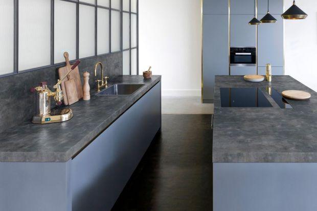 Szarość ma wiele odcieni - zwolennicy tego koloru mogą wybierać z szerokiej palety, począwszy od jasnych, rozbielonych szarości, aż po mocne grafity. Do wyboru są też powierzchnie imitujące beton, stal i różne rodzaje kamienia.