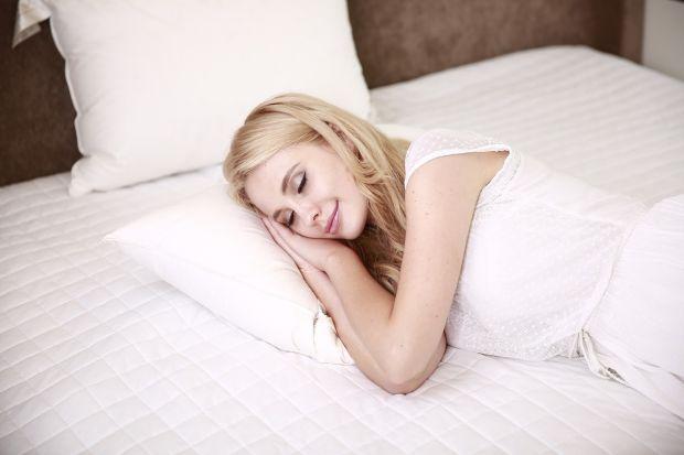 W sypialni spędzamy ok. 1/3 swojego życia, a komfort snu przekłada się na zdrowie i dobre samopoczucie. Zatem warto zapoznać się ze specyfiką materacy i wybrać ten, który będzie gwarancją zdrowego odpoczynku. Czy spanie na materacu wypełnionym