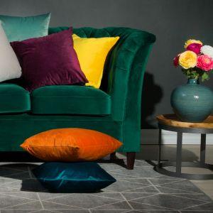Do welurowej sofy - aksamitne poduszki. Fot. Salony Agata