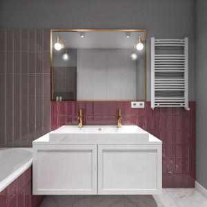 Złoto to teraz prawdziwy hit! Pojawia się nie tylko w salonach czy sypialniach, ale także w łazienkach. W tym projekcie z tego materiału są jest armatura, rama lustra i kinkiet. Rozjaśniają wnętrze i dodają mu szlachetnego blasku. Projekt: Małgorzata Górska-Niwińska. Fot. Pracownia Architektoniczna MGN