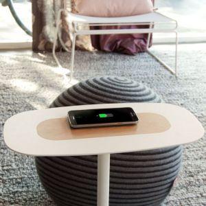 """Stolik """"Next"""" umożliwia ładowanie smartfonu. Fot. Spell/BM Housing"""