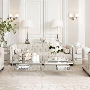Pikowana sofa i delikatne szklane stoliki pasują do stylu glamour. Fot. Clue Studio