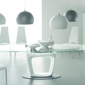 Biały stół ze szklanym blatem. Fot. Calligaris