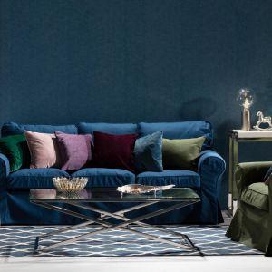 Kolorowe poduszki pozwolą zmienić wystrój salonu. Kolekcja tkanin Velvet. Fot. Dekoria.pl