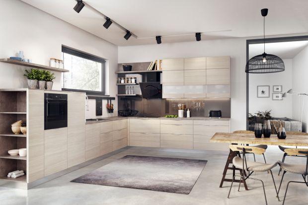 """W najnowszych prezentacjach kuchnie zaskakują przytulnością i bardziej """"domowym"""" obliczem. To zasługa głównie dekorów drewnianych, ale również otwartych półek, które ocieplają wizerunek wnętrza."""