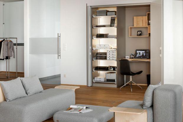 Jeśli często pracujemy w domu, warto zaaranżować odpowiedni kącik biurowy. Nie musi to być koniecznie oddzielny gabinet, wystarczy w miarę odosobnione miejsce z biurkiem lub stolikiem pod laptop i wygodnym krzesłem.