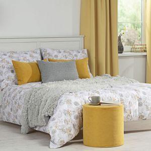 Dobierając odpowiednie kolory, możemy sprawić, że sypialnia stanie się miejscem komfortowego wypoczynku. Fot. Dekoria.pl