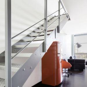 Wnętrze w stylu loftowym na warszawskim Mokotowie (schody). Projekt: Decoroom. Fot. Decoroom