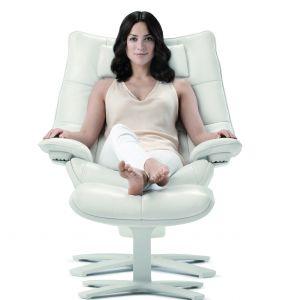 Komfortowy fotel z podnóżkiem, umożliwiający lekkie kołysanie się.. Fot. Natuzzi