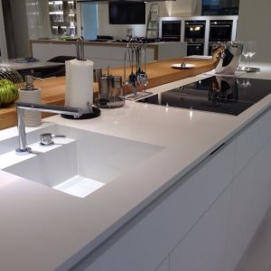 """Konglomerat kwarcytowy """"Absolute White"""" firmy TechniStone zastosowany w postaci blatu kuchennego. Fot. TechniStone"""
