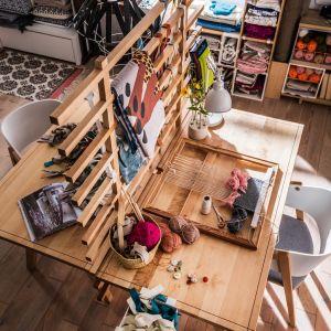 Dwa drewniane blaty przedzielone parawanem to zestaw, który zbuduje osobistą przestrzeń do pracy dopasowaną do indywidualnych potrzeb każdego użytkownika. Fot. Vox