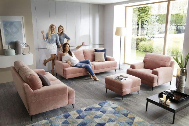 Salon z dwiema sofami i fotelem to rozwiązanie, które z powodzeniem zastępuje popularny narożnik czy klasyczną kanapę z fotelem. Co sprawia, że zestawy wypoczynkowe typu 3+2+1 cieszą się tak dużym zainteresowaniem? W tak umeblowanym salonie od r