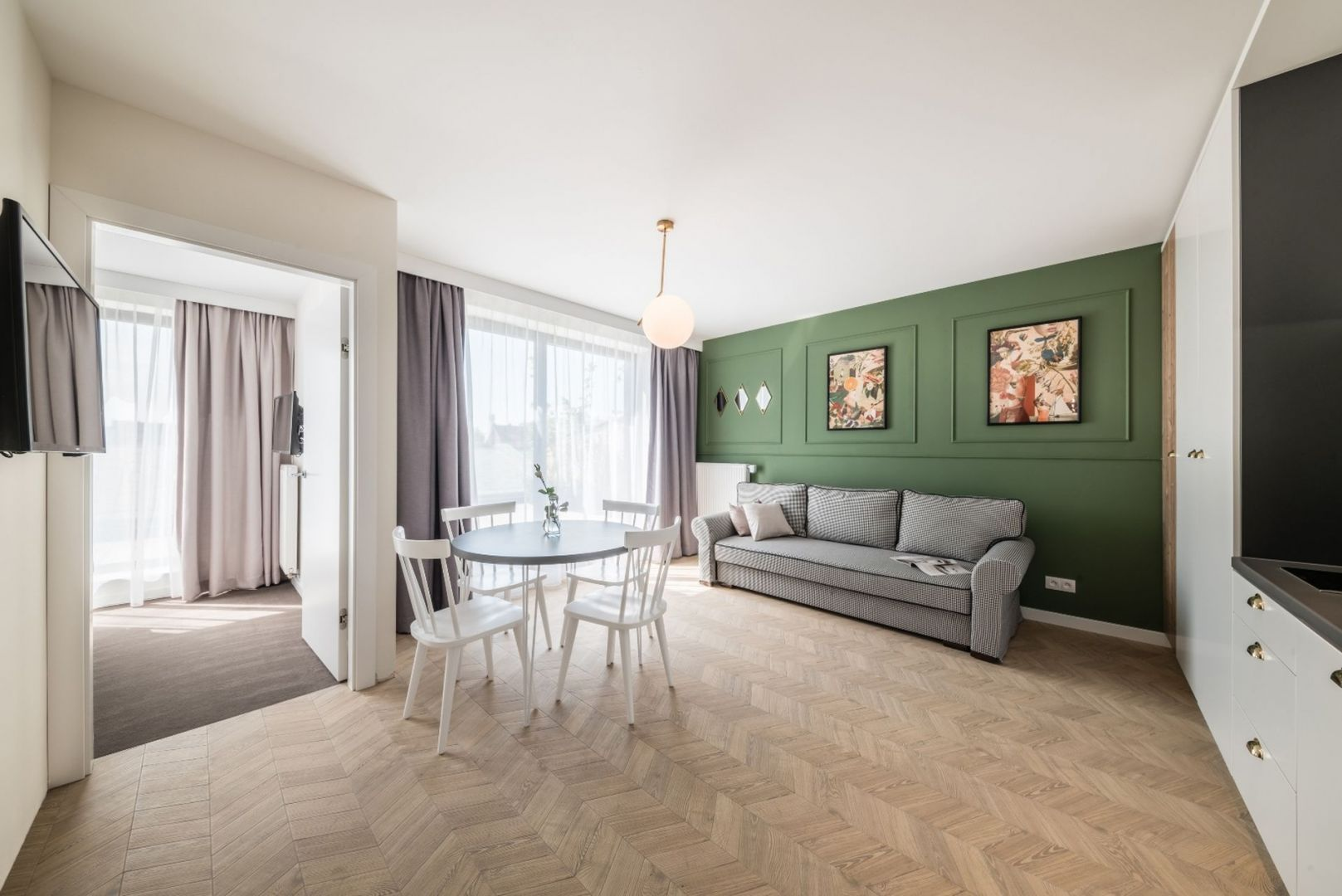 Sofa w pepitkę we wnętrzu zaaranżowanym w stylu art deco. Projekt wnętrza: Grid Studio Projektowe. Fot. Paweł Ulatowski