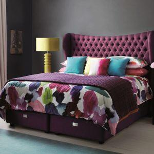 Łóżko tapicerowane z pikowanym wezgłowiem, utrzymane w ciemnej kolorystyce. Fot. Hypnos Beds