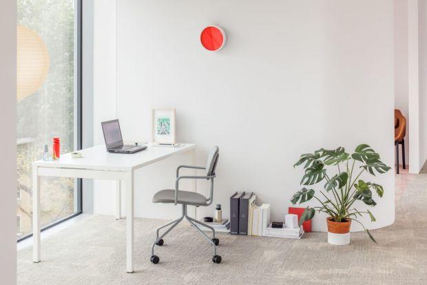 Coraz więcej ludzi porzuca pracę w biurze na rzecz freelance'u. Realizując zadania zawodowe w domu, należy pamiętać o wydzieleniu miejsca na domowe biuro i odpowiednim jego wyposażeniu. Zapewni nam to efektywność pracy na wysokim poziomie.