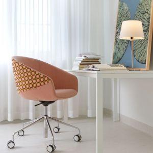 Lekki, tradycyjny stolik może zastąpić biurko. Warto dopasować do niego nowoczesny fotel w kolorowym obiciu. Fot. Bejot