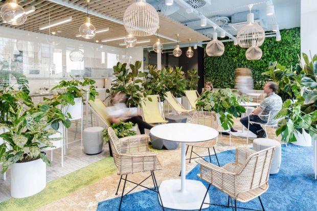 Dobrze zaprojektowane biuro powinno być dopasowane do potrzeb i profilu danej firmy. Mówiąc zatem o biurowych trendach w aranżacji, nie mamy na myśli konkretnych zabiegów estetycznych, ale idee, które firmy mogą zaadaptować na własne potrzeby -