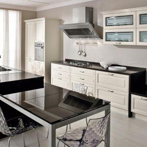 Połysk i eleganckie uchwyty w kuchni glamour. Fot. Lube