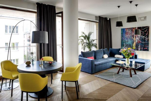 Skandynawska prostota i hiszpański rozmach – tak można scharakteryzować wnętrze warszawskiego apartamentu, w którym meblarskie ikony designu spotykają się z nowoczesnym wzornictwem i sztuką.