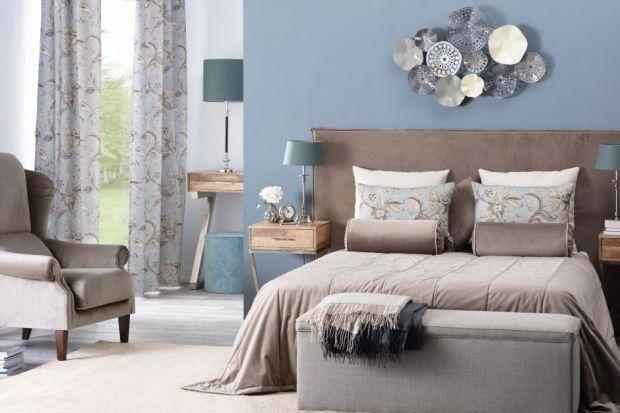 """Ława stojąca w """"nogach"""" łóżka stanowi ciekawe dopełenienie aranżacji sypialni. Jest meblem funkcjonalnym i estetycznym."""