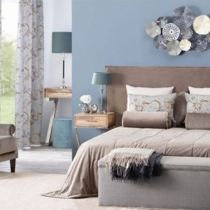 Ława lub puf stojące przy łóżku są doskonałym uzupełnieniem wystroju sypialni. Fot. Dekoria.pl